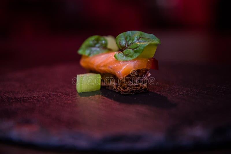 Aperitivo exclusivo con pan, el pepino y los salmones fotografía de archivo libre de regalías