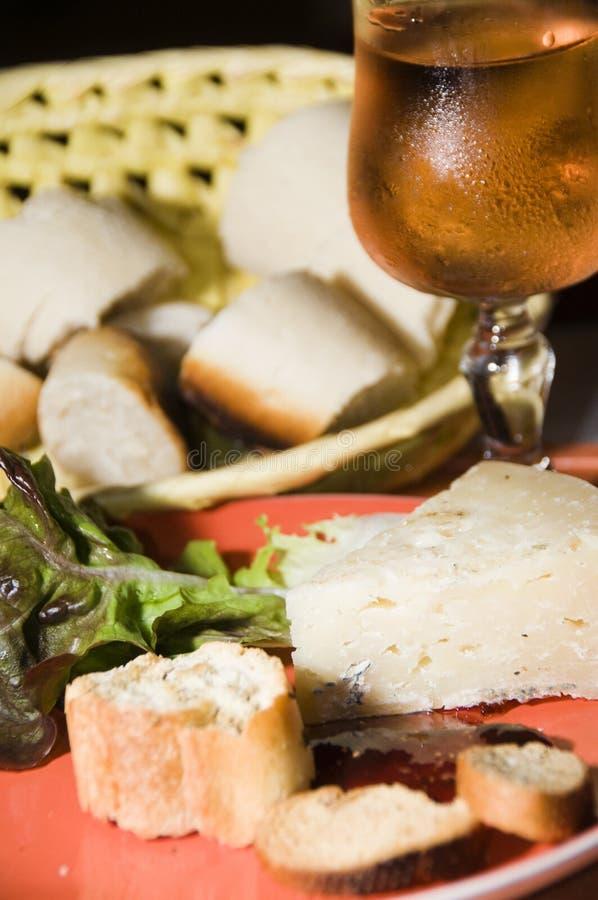 Aperitivo francés del queso con el vino rosado imagenes de archivo