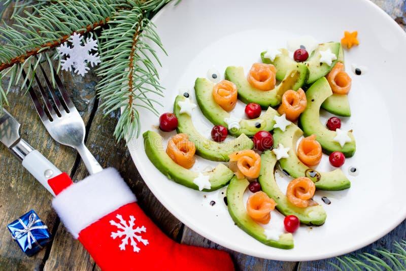Aperitivo gastrónomo de la Navidad - carpaccio de los salmones del aguacate del árbol de navidad imagenes de archivo