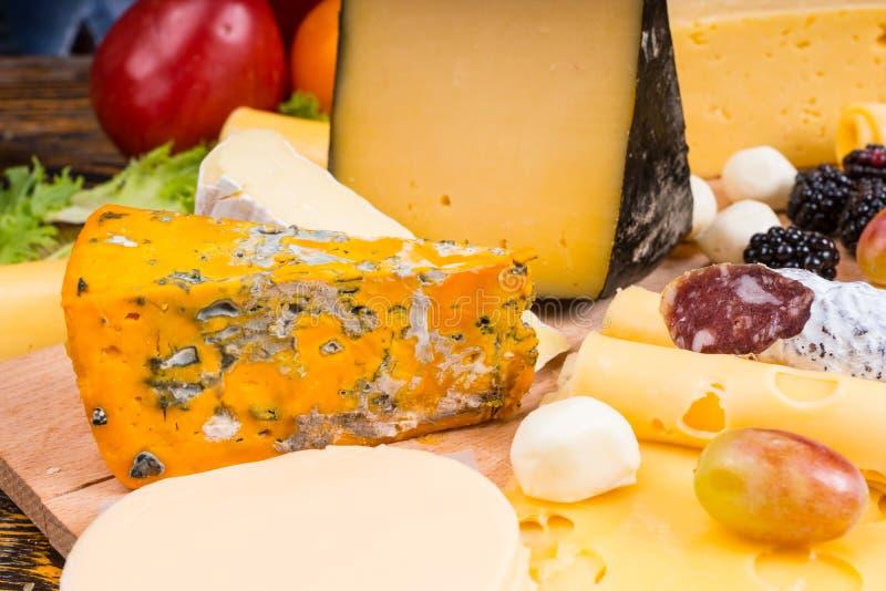 Aperitivo gastronomico del bordo del formaggio con frutta e carne fotografia stock libera da diritti
