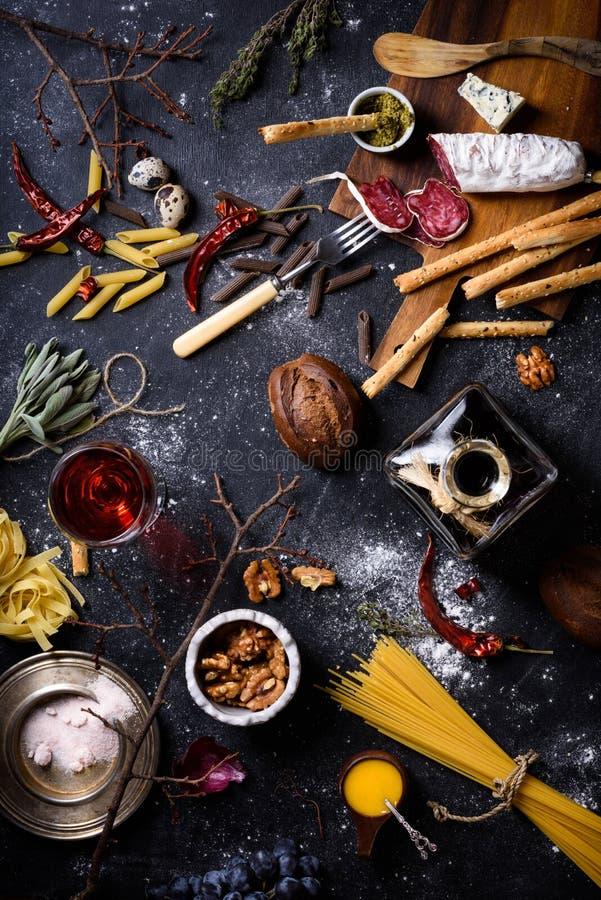 Aperitivo, ingredientes italianos da cozinha Massa com antipasto A fotografia de stock