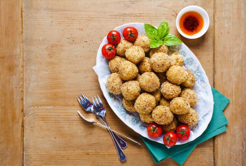 Aperitivo italiano saudável com o arancini das bolas do risoto, ol verde imagens de stock royalty free