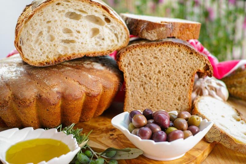 Aperitivo italiano tradizionale - pane casalingo fresco, virg extra fotografia stock