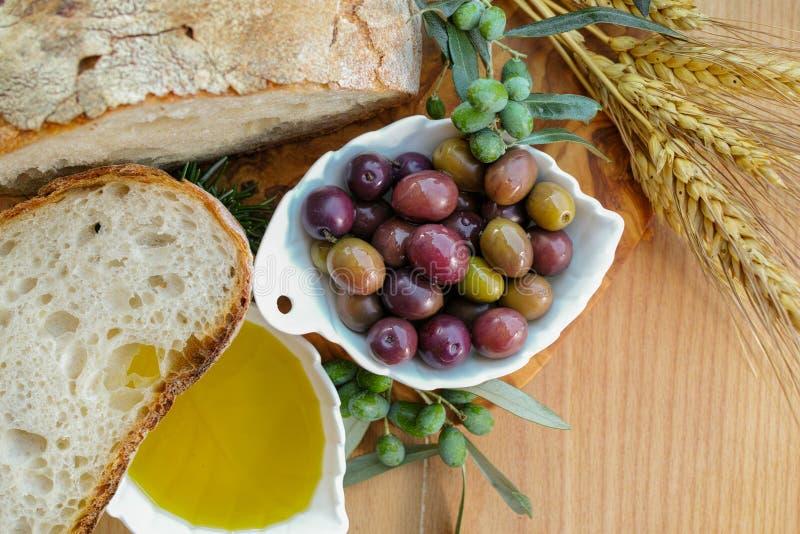 Aperitivo italiano tradizionale - pane casalingo fresco, virg extra fotografia stock libera da diritti