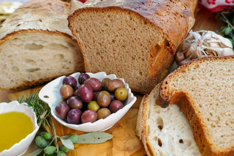 Aperitivo italiano tradizionale - pane casalingo fresco, virg extra fotografie stock