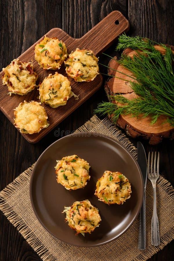 Aperitivo - molletes de la patata con la carne y el queso del pollo imagen de archivo