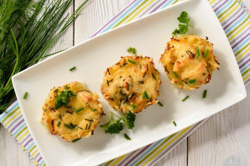 Aperitivo - queques da batata com carne e queijo da galinha fotografia de stock royalty free