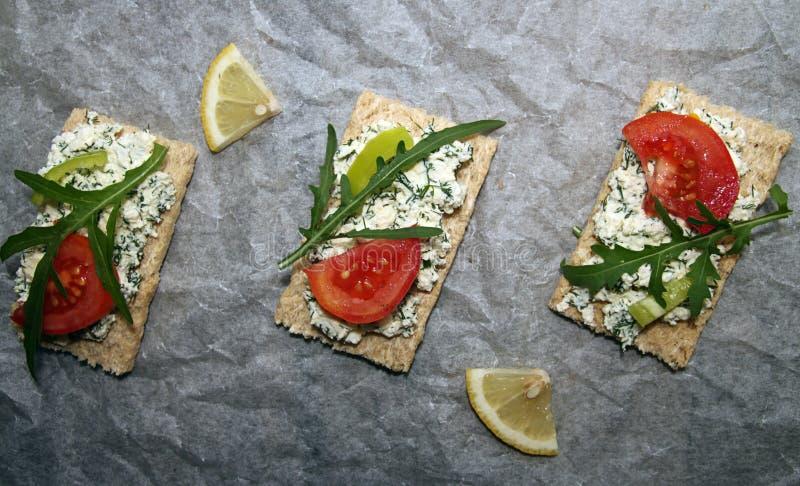 aperitivo Tostadas con queso del cottege fotos de archivo