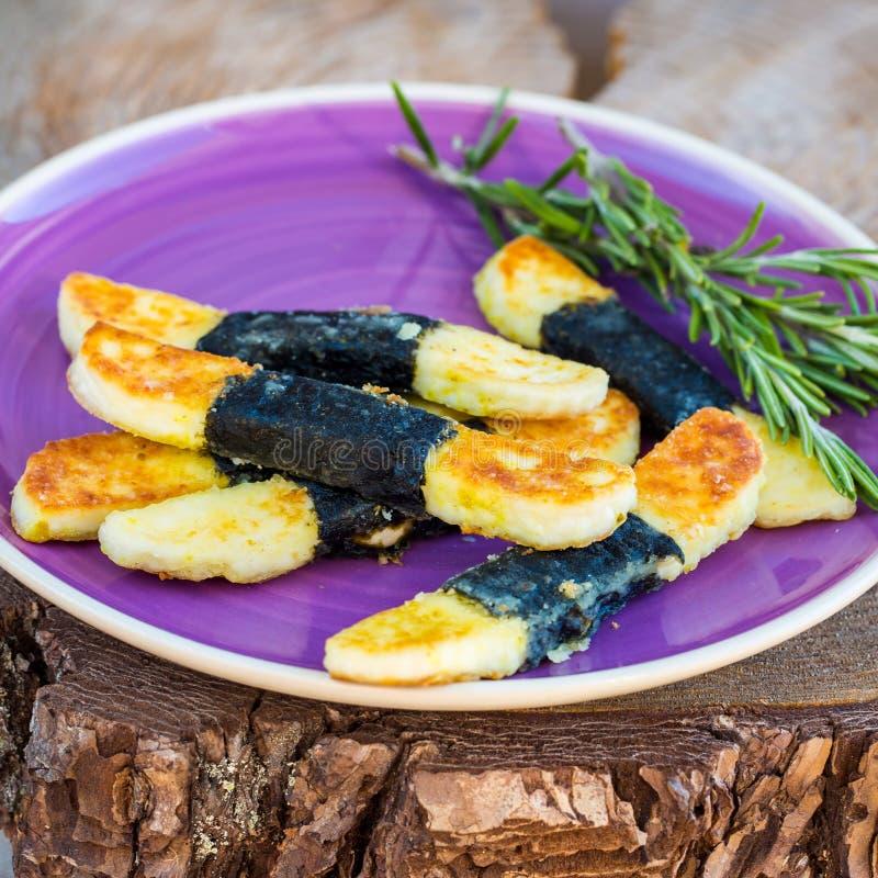 Aperitivo vegetariano del formaggio su fondo di legno immagini stock libere da diritti