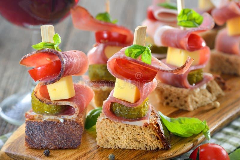Aperitivos com bacon e queijo fotografia de stock royalty free