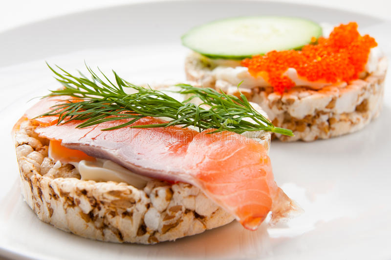 Aperitivos con los pescados rojos y el caviar rojo imágenes de archivo libres de regalías