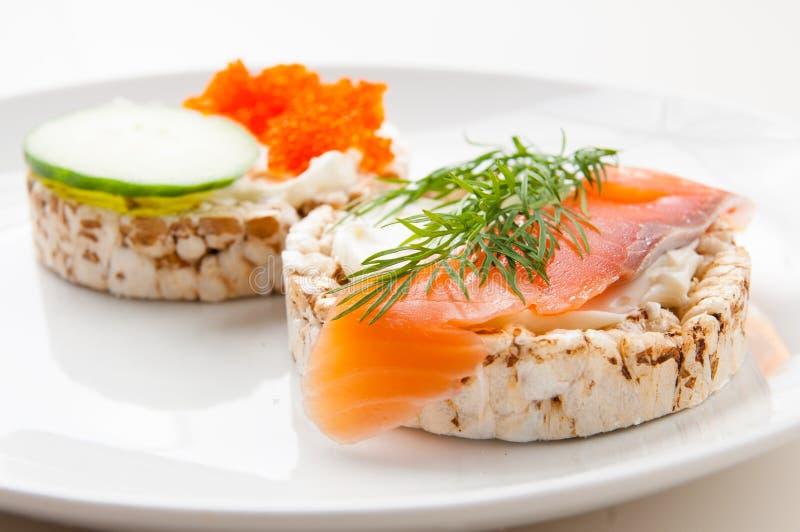 Aperitivos con los pescados rojos y el caviar rojo fotografía de archivo