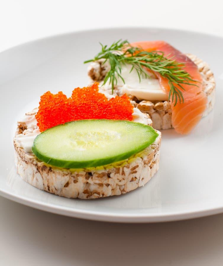 Aperitivos con los pescados rojos y el caviar rojo imagen de archivo
