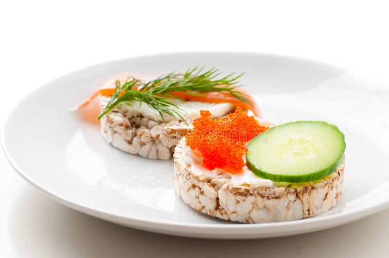 Aperitivos con los pescados rojos y el caviar rojo fotografía de archivo libre de regalías