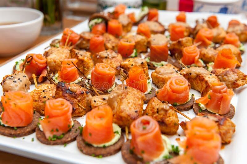 Aperitivos dos salmões vermelhos em fatias do pão do pão de centeio integral fotografia de stock