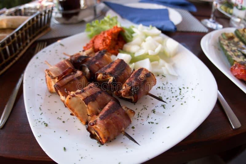 Aperitivos envolvidos bacon em espetos fotografia de stock royalty free
