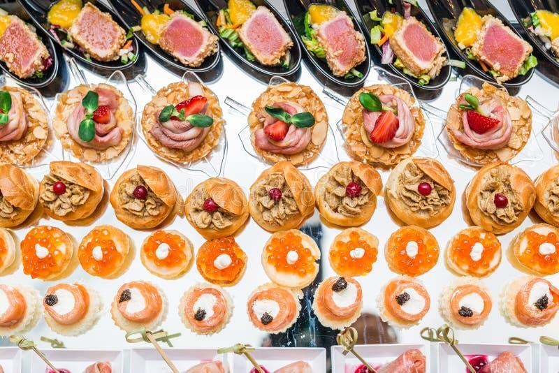 Aperitivos gastrónomos: caviar, carne de venado, atún y salmones fotos de archivo libres de regalías