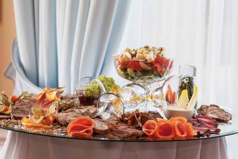 Aperitivos na tabela de banquete imagens de stock