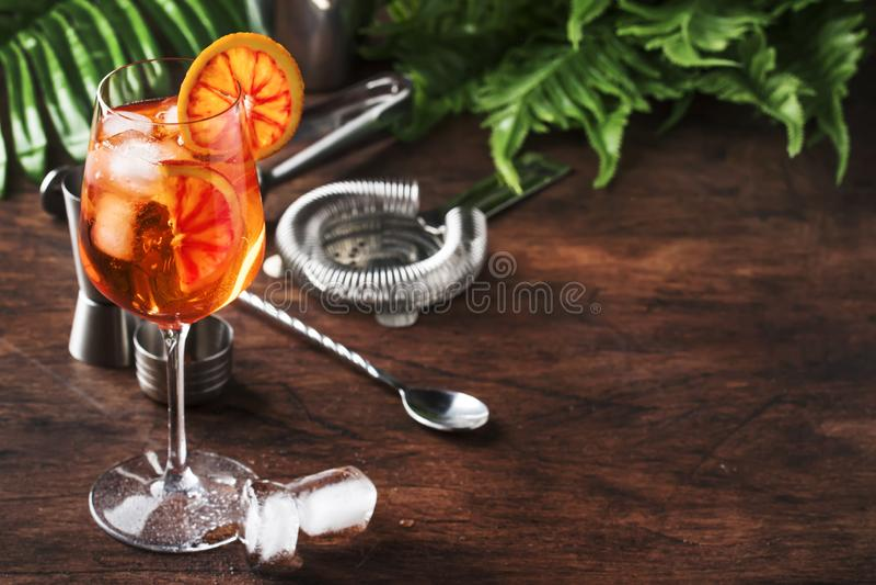 Aperol喷在大酒杯与橙色切片,夏天凉快的新鲜的酒精冷的饮料的鸡尾酒 棒逆木 免版税图库摄影