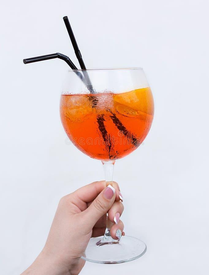 Aperol Spritz Cocktail an der Frauenhand lizenzfreie stockfotos