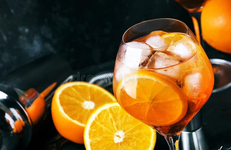 Aperol spritz Cocktail im großen Weinglas, italienisches schwach alkoholhaltiges kaltes Getränk des Sommers, dunkler Barzählerhin lizenzfreie stockfotos