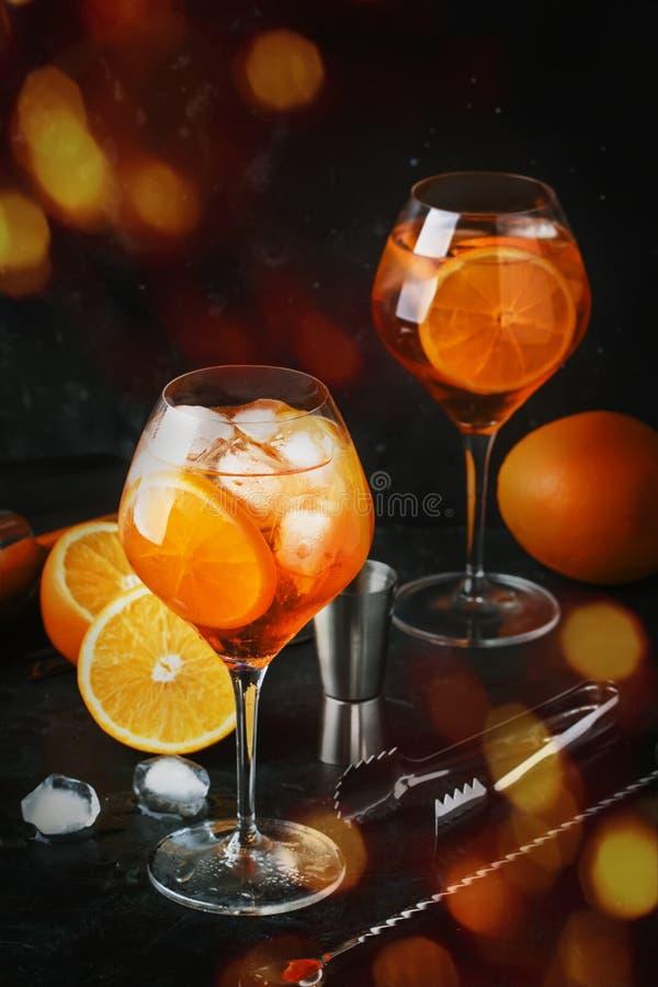 Aperol spritz Cocktail im großen Weinglas, italienisches schwach alkoholhaltiges kaltes Getränk des Sommers, dunkler Barzählerhin lizenzfreies stockfoto