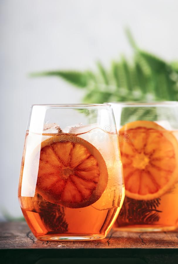 Aperol spritz Cocktail im Weinglas mit Sekt, Likör, Eiswürfeln und rotem Orange - italienische schwach alkoholhaltige Kälte des S lizenzfreies stockbild
