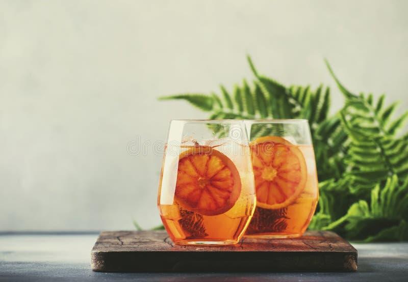 Aperol spritz Cocktail im Weinglas mit Sekt, Likör, Eiswürfeln und rotem Orange - italienische schwach alkoholhaltige Kälte des S lizenzfreies stockfoto
