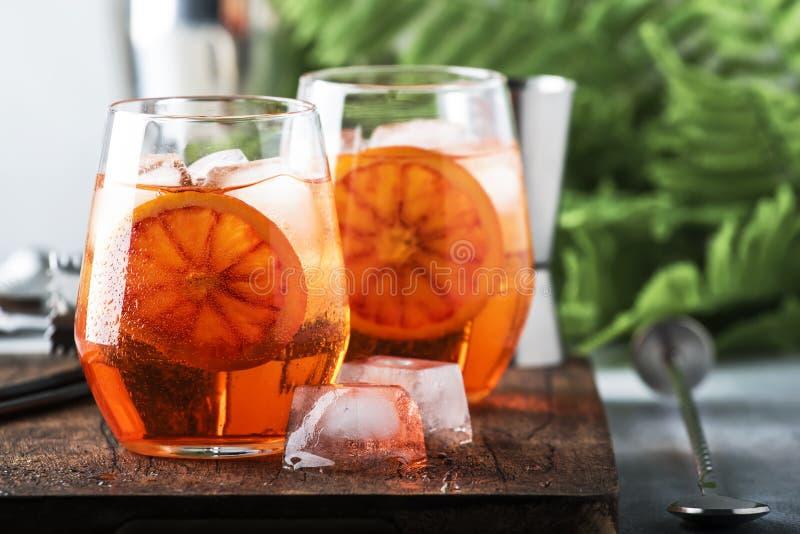 Aperol spritz Cocktail im Weinglas mit Sekt, Likör, Eiswürfeln und rotem Orange - italienische schwach alkoholhaltige Kälte des S stockbilder
