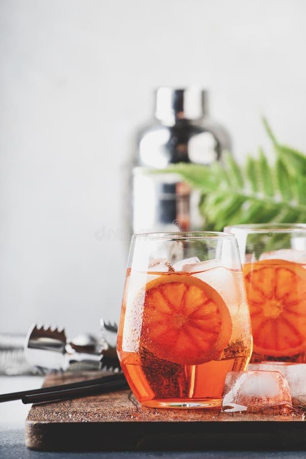 Aperol spritz Cocktail im Weinglas mit Sekt, Likör, Eiswürfeln und rotem Orange - italienische schwach alkoholhaltige Kälte des S stockfotos