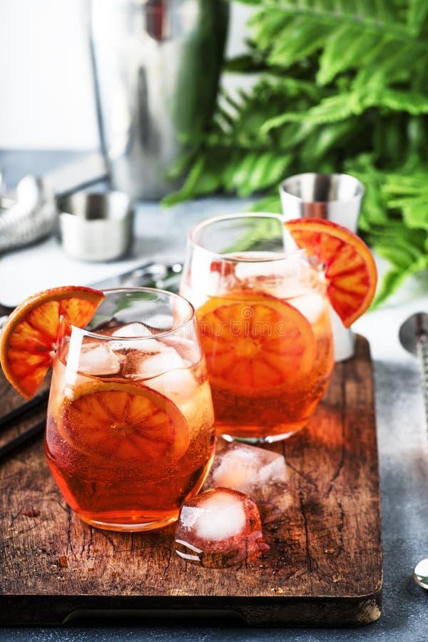Aperol spritz Cocktail im Weinglas mit Sekt, Likör, Eiswürfeln und rotem Orange - italienische schwach alkoholhaltige Kälte des S lizenzfreie stockfotos