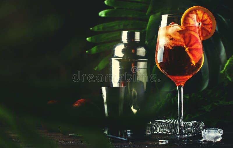 Aperol spritz coctailen i stort vinexponeringsglas med blodiga apelsiner, drink för italiensk ny alkohol för sommar kall counter  royaltyfri bild
