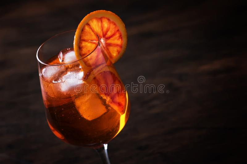 Aperol spritz il cocktail in grande vetro di vino con le arance sanguinose, bevanda fredda dell'alcool fresco italiano dell'estat immagine stock