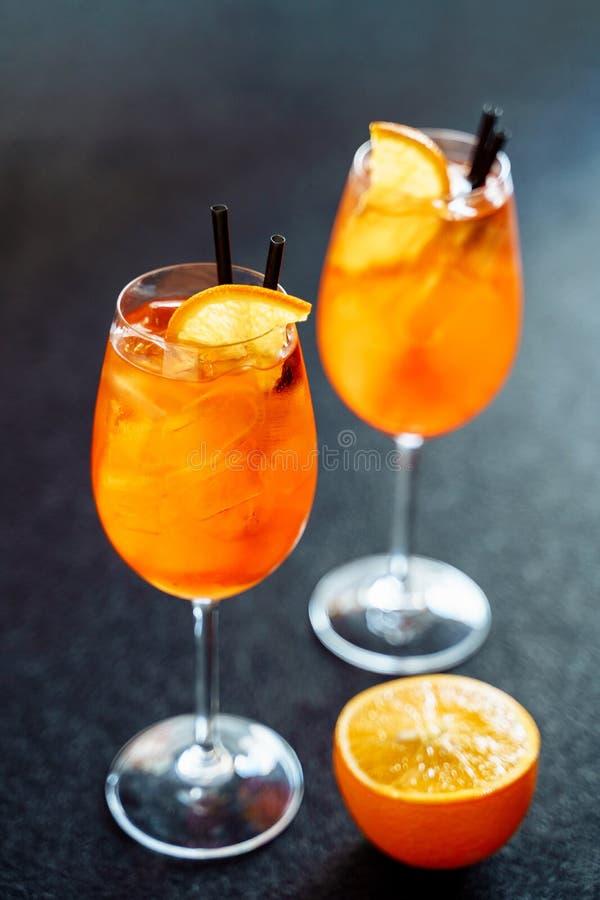 Aperol Spritz la bebida dulce del cóctel con hielo anaranjado imagen de archivo libre de regalías