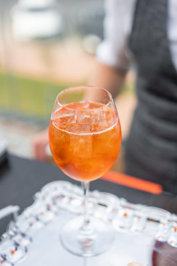 Aperol spritz le cocktail en verre misted, foyer sélectif Boisson alcoolisée basée sur le compteur de barre avec des glaçons et images stock