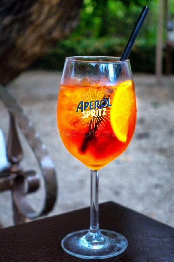 Aperol Spritz upp populärt uppfriskande sommardrinkslut arkivbild