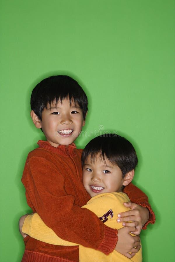Aperto asiático dos irmãos foto de stock