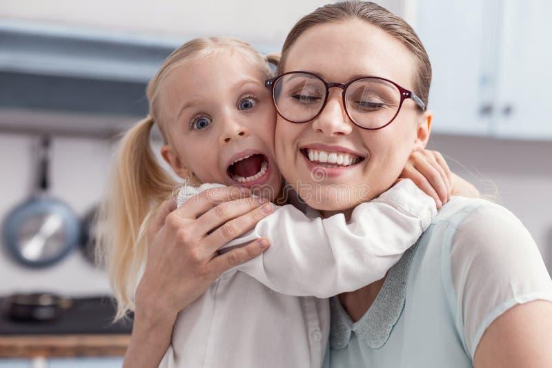 Aperto bonito encantador da mãe e da filha imagem de stock