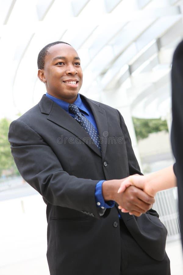 Aperto de mão africano do homem de negócio fotos de stock