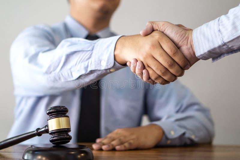Aperto de mão após a consulta entre um advogado e um cliente masculinos, g fotografia de stock