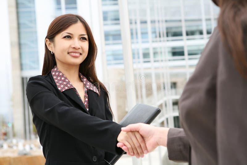Aperto de mão asiático da mulher imagens de stock royalty free