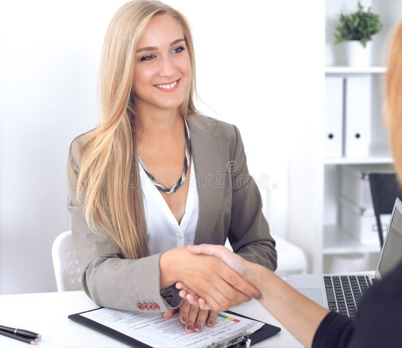Aperto de mão da mulher de negócios e do cliente imagens de stock royalty free