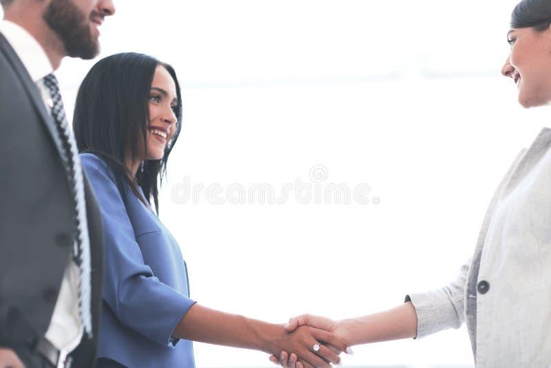 Aperto de mão da mulher de negócio com uma outra pessoa fotografia de stock