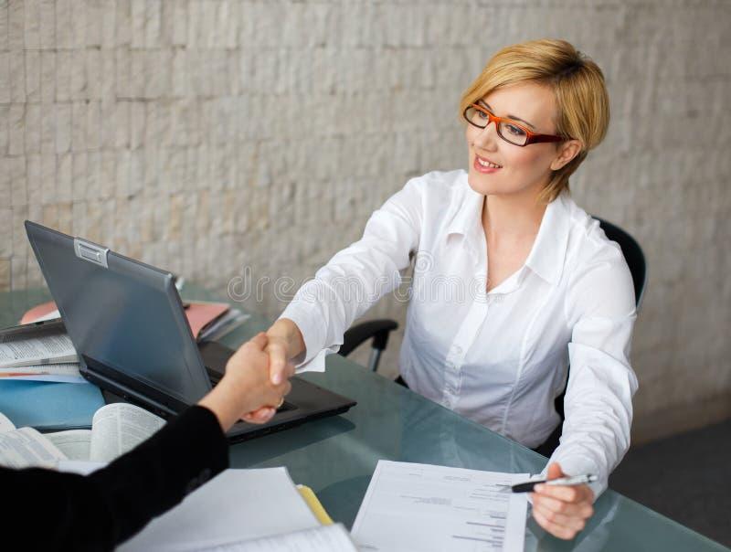 Aperto de mão das mulheres de negócios no escritório imagens de stock