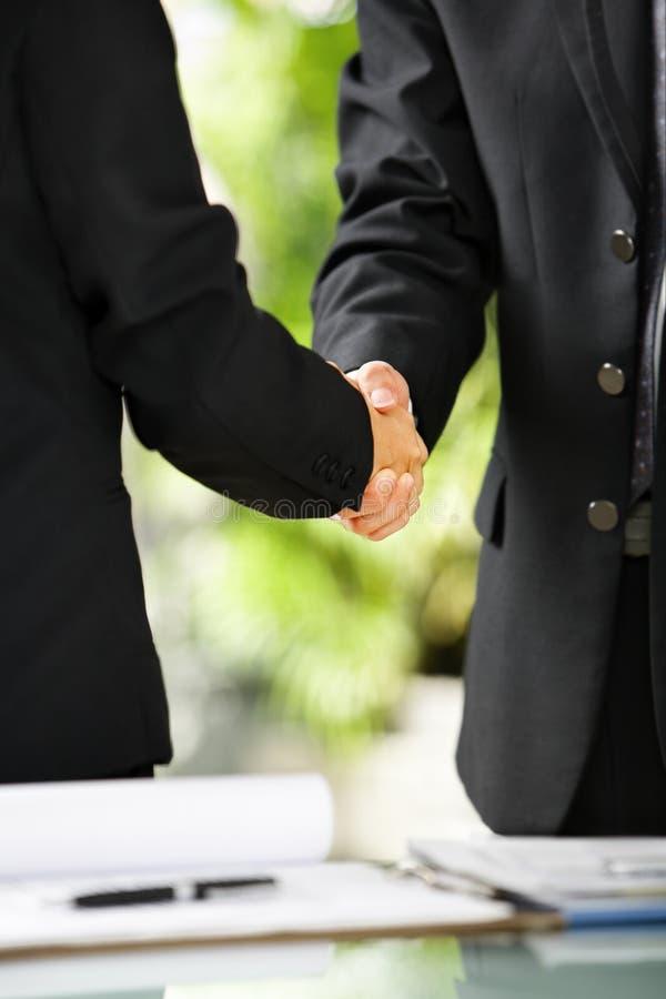Aperto de mão de dois homens de negócios imagens de stock royalty free