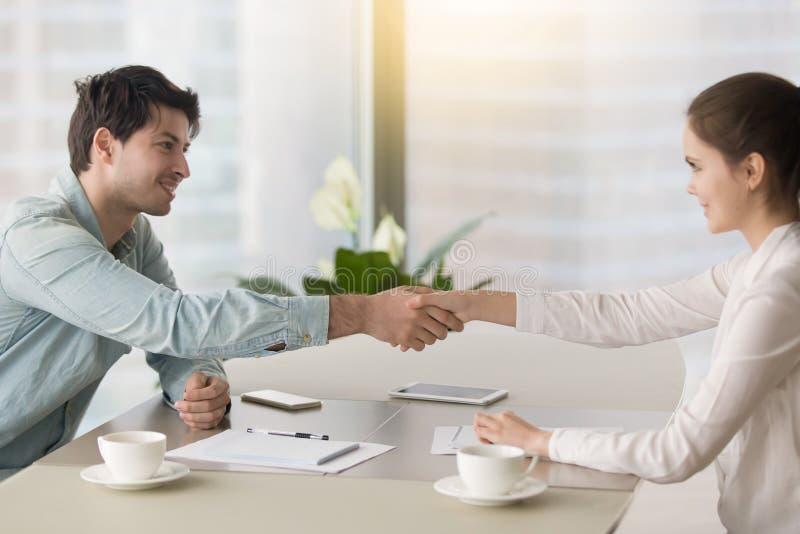 Aperto de mão do homem de negócios e da mulher de negócios, alcançando a parceria imagens de stock royalty free