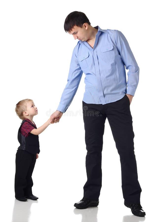 Aperto de mão do homem e do menino fotografia de stock royalty free