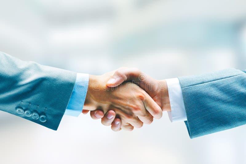 Aperto de mão do negócio do close up Dois homens que agitam as mãos Sucesso acordo imagem de stock