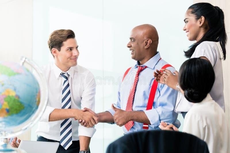 Aperto de mão do negócio na reunião imagens de stock