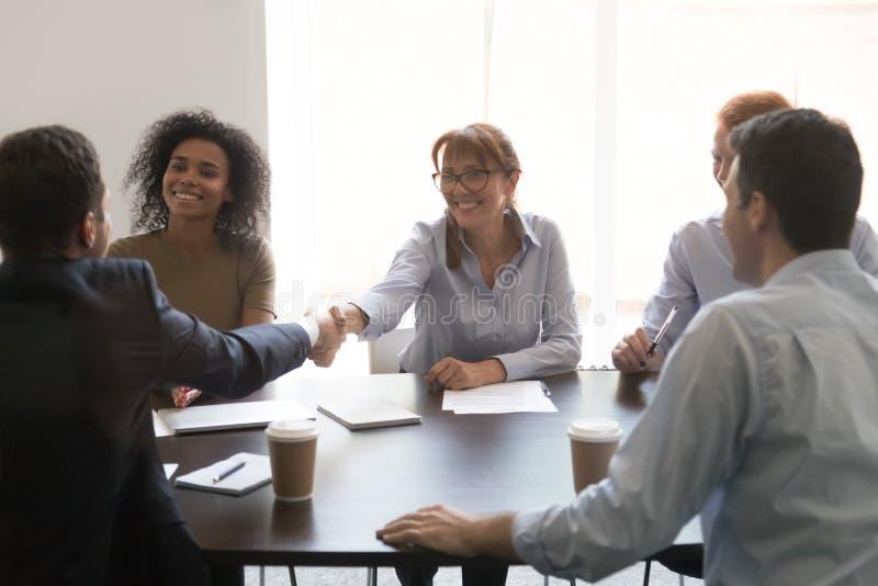 Aperto de mão dos empresários em encontrar a felicitação com negociações bem sucedidas fotos de stock royalty free